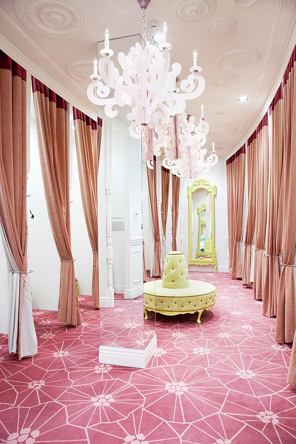 Moquette fleurie rose et lustres baroques