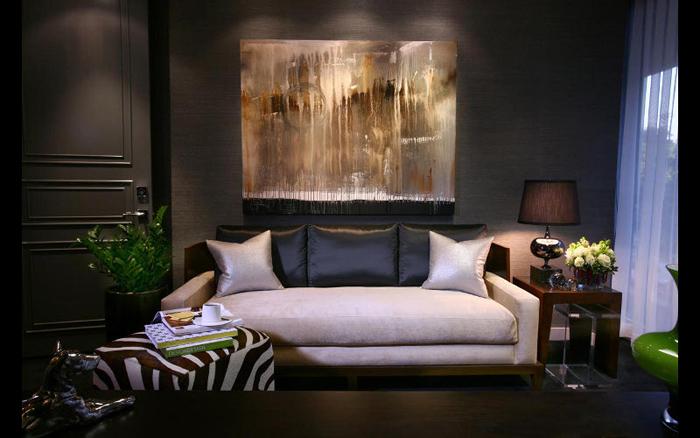 Séjour avec murs noirs et toile d'art contemporain
