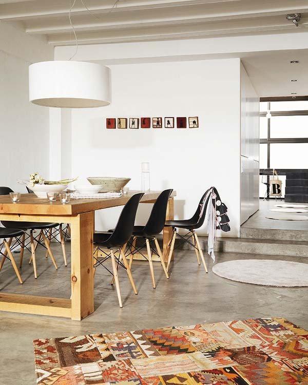 Table en bois massif et chaises Eames