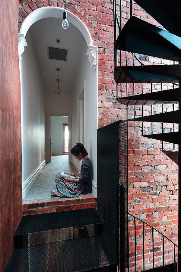 Escalier en colimaçon et mur en briques rouges