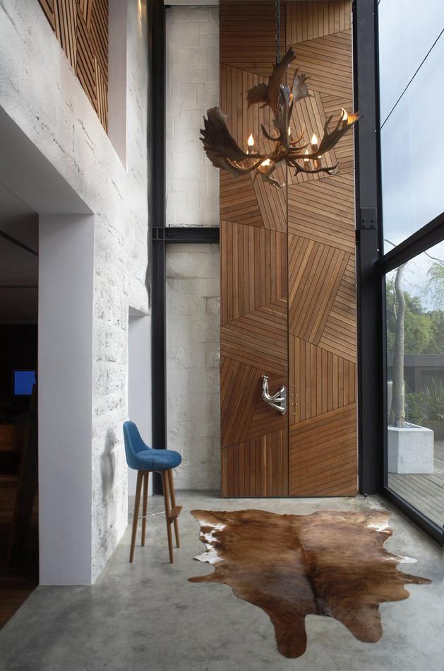 Parement mural en bois géométrique et tapis en peau de vache