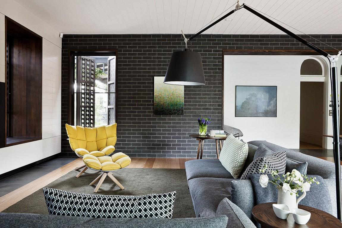 Fauteuil design et mur en briques noires