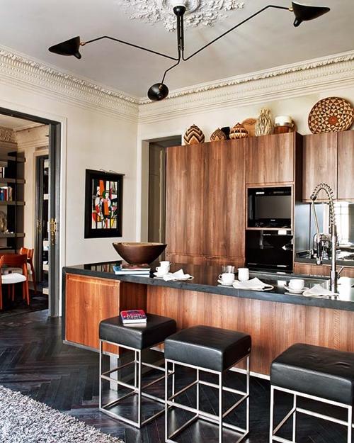 Cuisine contemporaine en bois dans un intérieur haussmannien