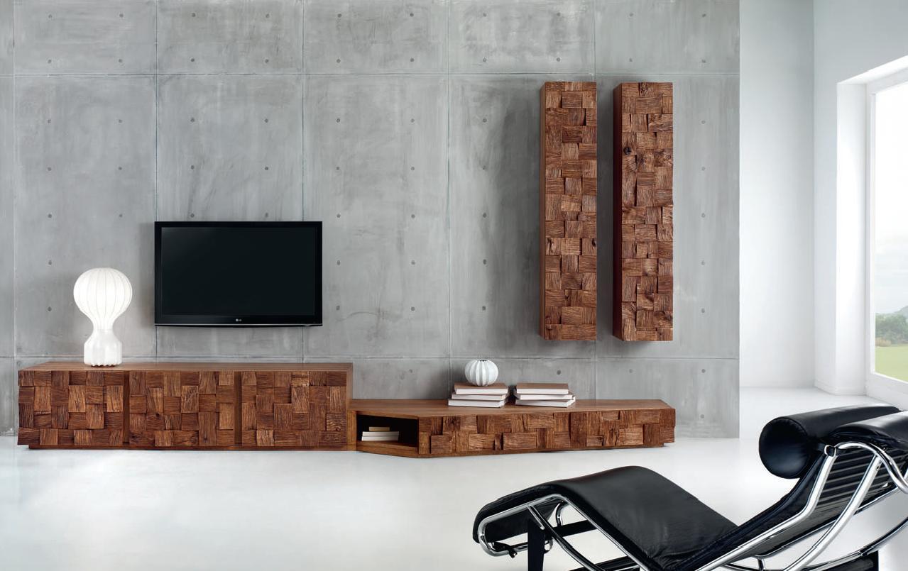 Mur en béton brut et meuble en bois massif
