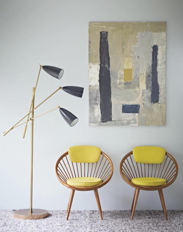 Fauteuils vintage en bois et luminaire doré