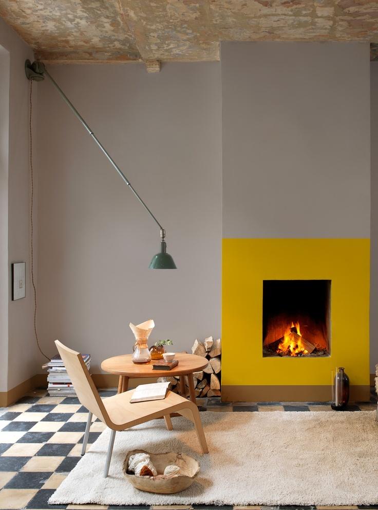 Du béton brut, du gris et du jaune dans cet intérieur contemporain