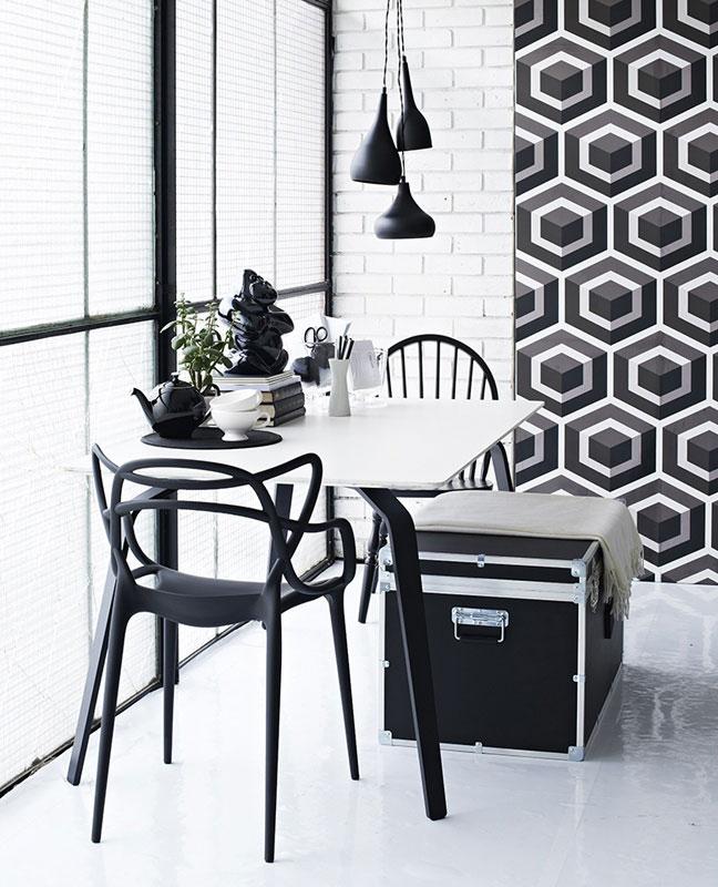 Intérieur scandinave avec chaises design Philippe Starck