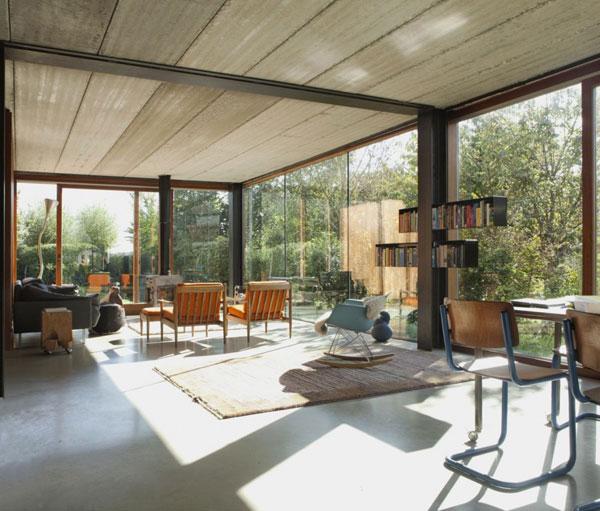 Intérieur maison contemporaine avec fauteuil à bascule Eames