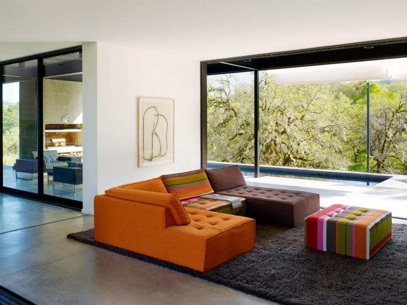 Intérieur contemporain avec canapé coloré modulable