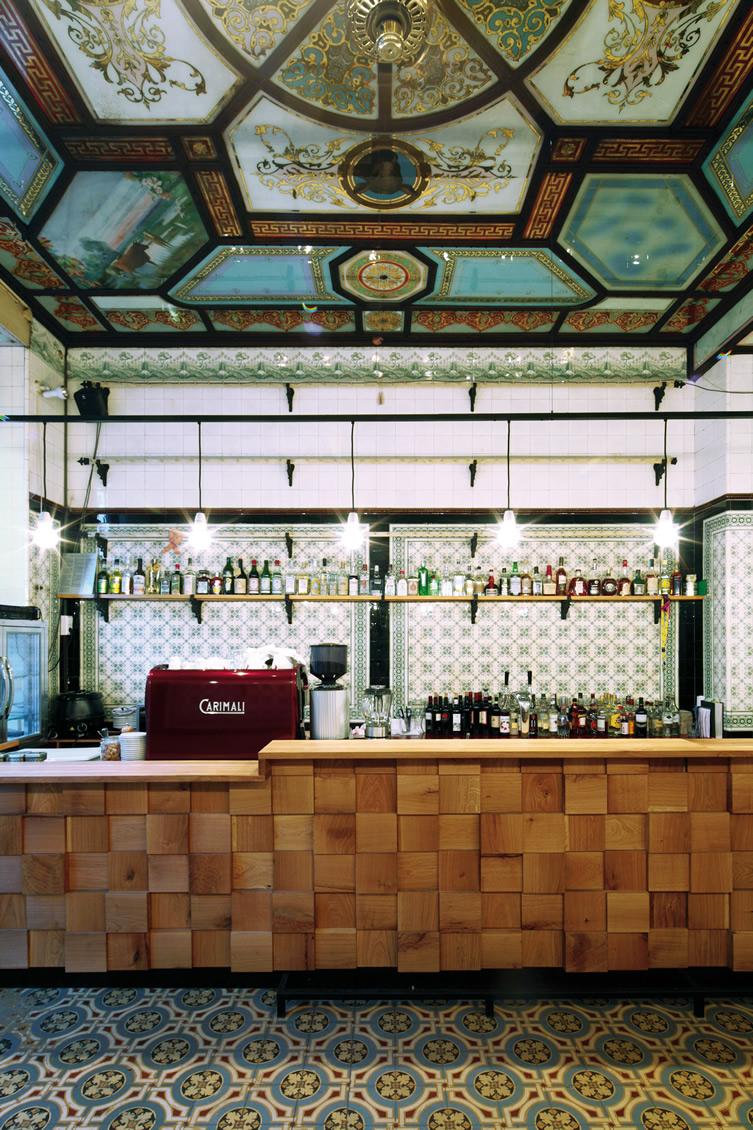Carreaux anciens aux murs et aux sols et Plafonds en vitraux de couleurs
