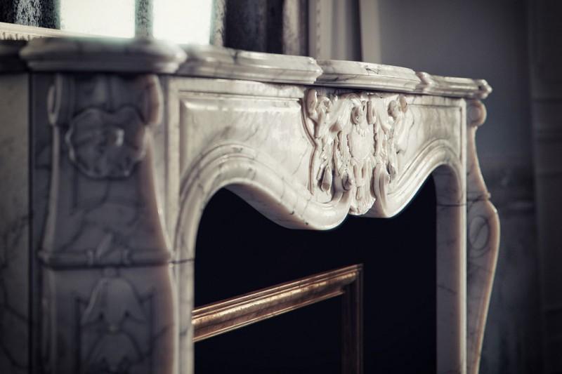 Détails d'une cheminée en marbre style hausmannien