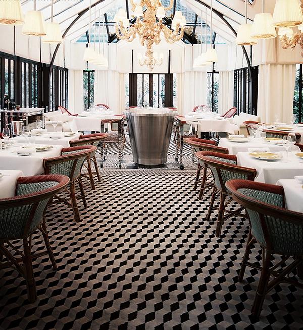 Le restaurant et son sol en damier noir et blanc
