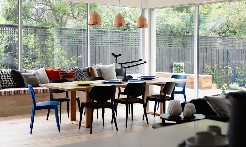 Le coin salle à manger avec table en bois massif
