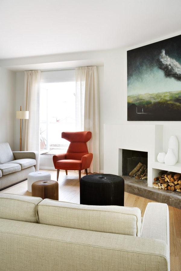 Dominante de couleurs claires dans le séjour avec quelques touches de rouge vif