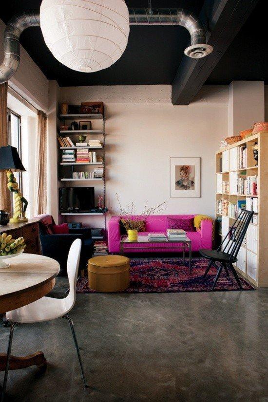 Canapé rose et sol en béton