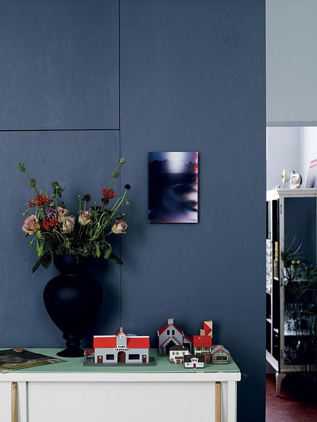 Chambre mur bleu et verrière style atelier d'artiste
