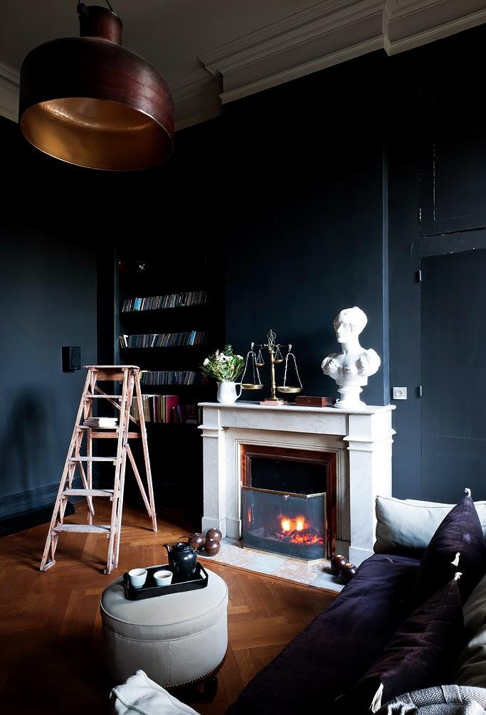 Plafond clair et murs sombres