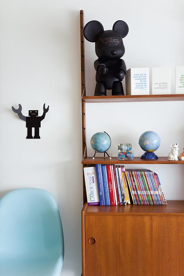 Art toys et chaise Eames