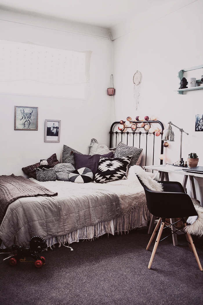 http://frenchyfancy.com/wp-content/uploads/2013/11/Our-flat-in-Paris-%C2%A9-Anna-Malmberg-1.jpg