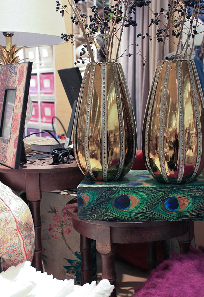 Vases dorés et plumes de paon