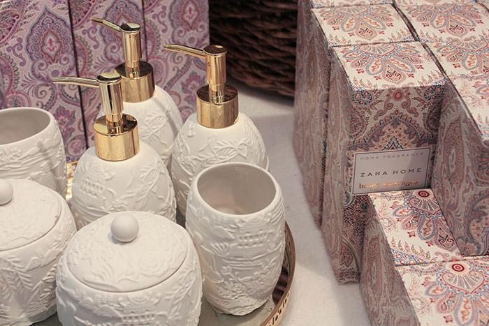 Set de salle de bain en biscuit blanc et métal doré