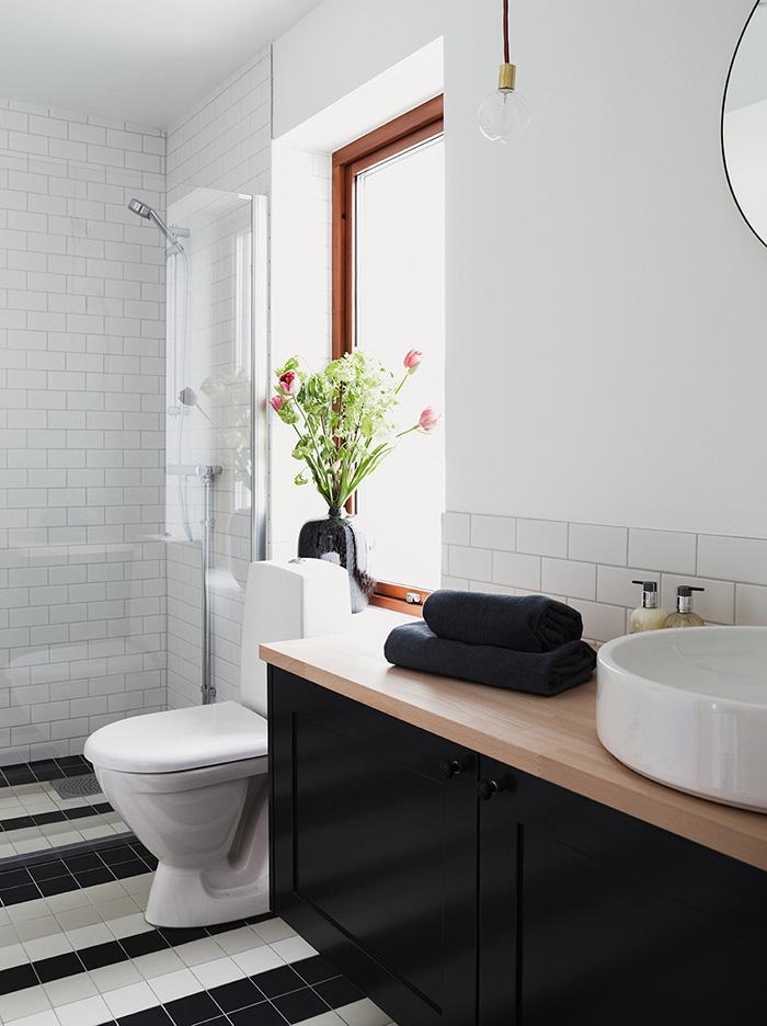 Salle de bain carrelage noir et blanc