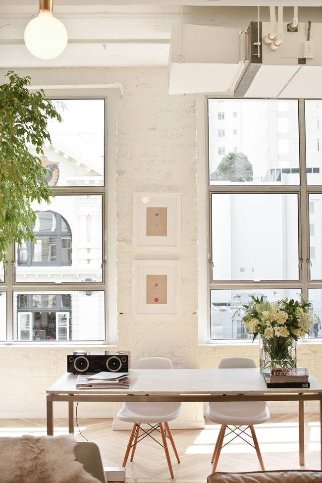 Chaises Eames et murs en briques blanches