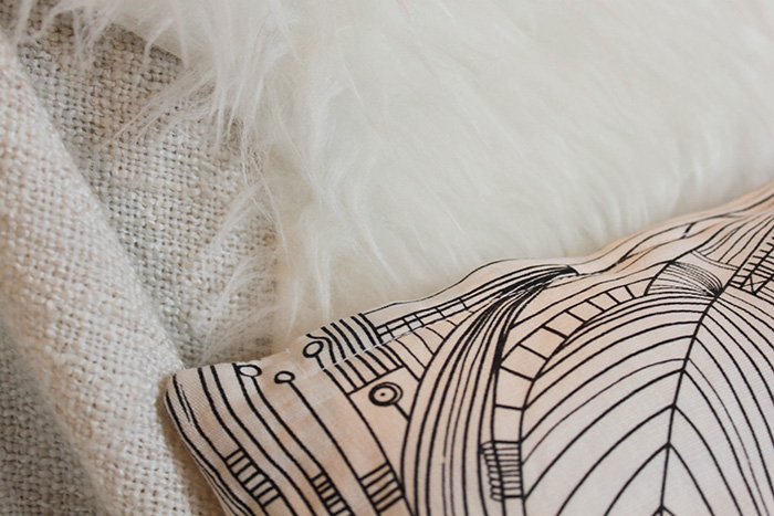L'hiver s'invite dans nos intérieurs : peau d'agneau et coussin Ikea