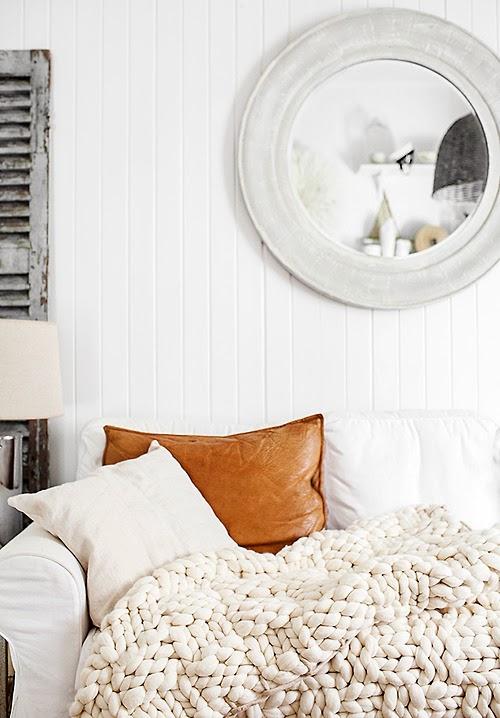 Lambris blanc et plaid en tricot