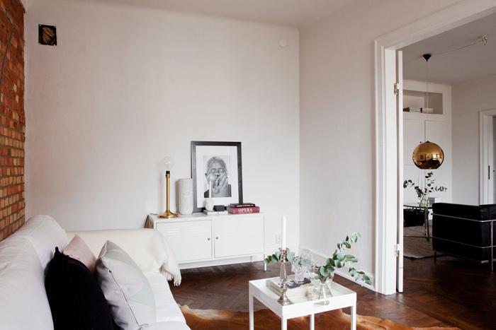 Salon avec mur en brique rouge