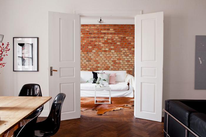 Salon avec mur en briques rouge