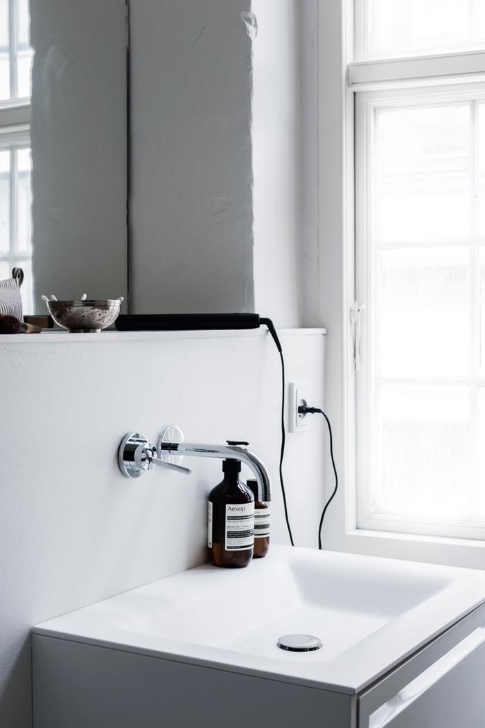 Salle de bain claire et lumineuse