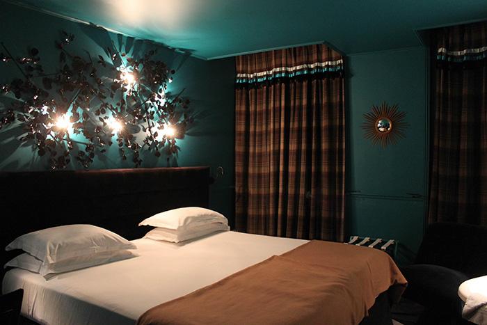 Chambre avec murs bleu foncé