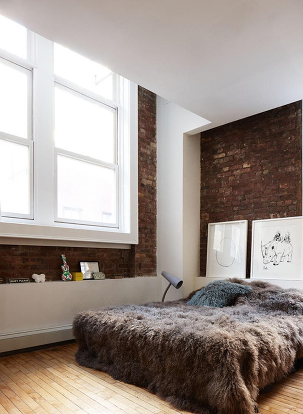 Mur en briques rouges dans une chambre