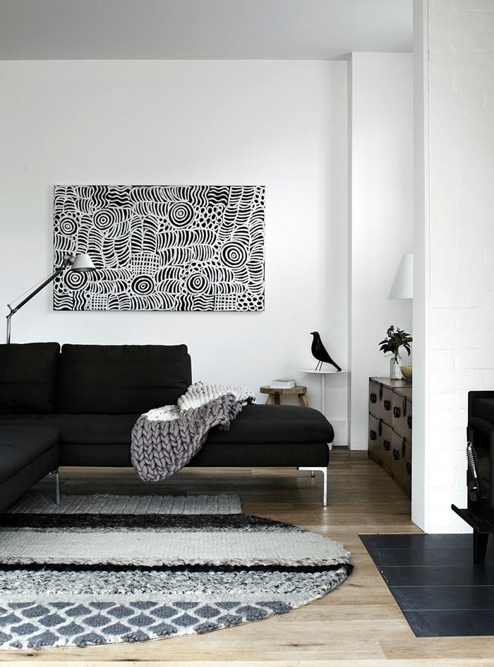 Décoration d'intérieur en noir et blanc avec un oiseau Eames