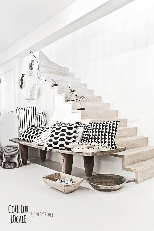 Coussins aux motifs graphiques en noir et blanc