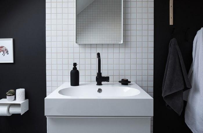 Salle de bain contemporaine en noir et blanc