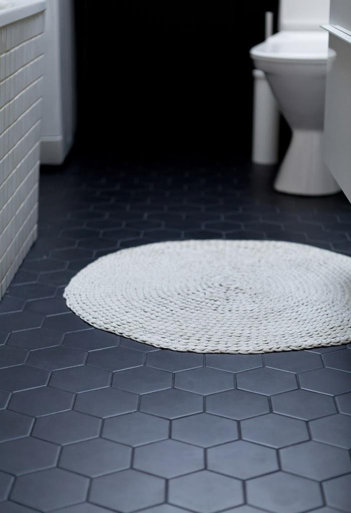 Une salle de bain en noir et blanc frenchy fancy for Peindre des tomettes