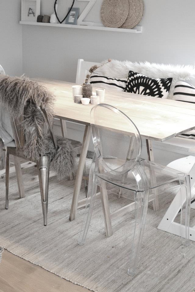 Chaises dépareillées autour d'une table