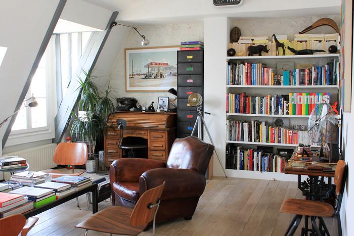 Clubs en cuir, fauteuils bas LCM de Eames, chaise de Chapman contre le mur. À gauche de la photo, lampe à balancier Buquet.