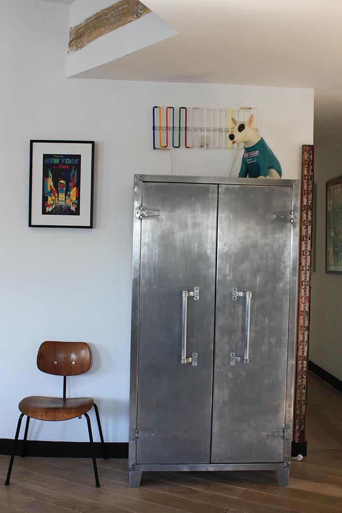 Néon lumineux du designer Italien T. Cordero et chien publicitaire Budweiser.