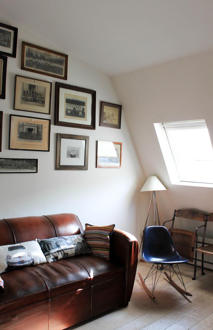 Vieux canapé club et chaise à bascule Eames navy blue.