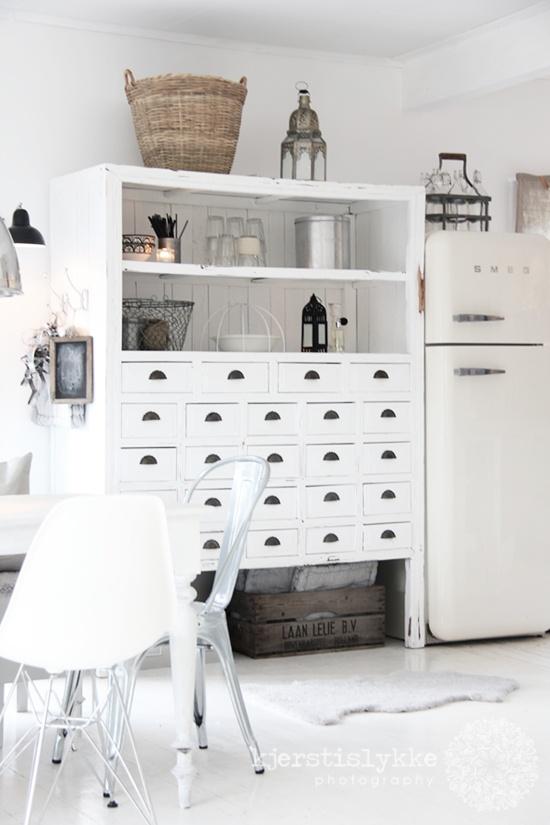 Chaises Eames et frigo Smeg