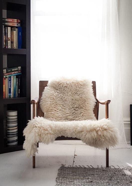 Fauteuil scandinave et peau de mouton