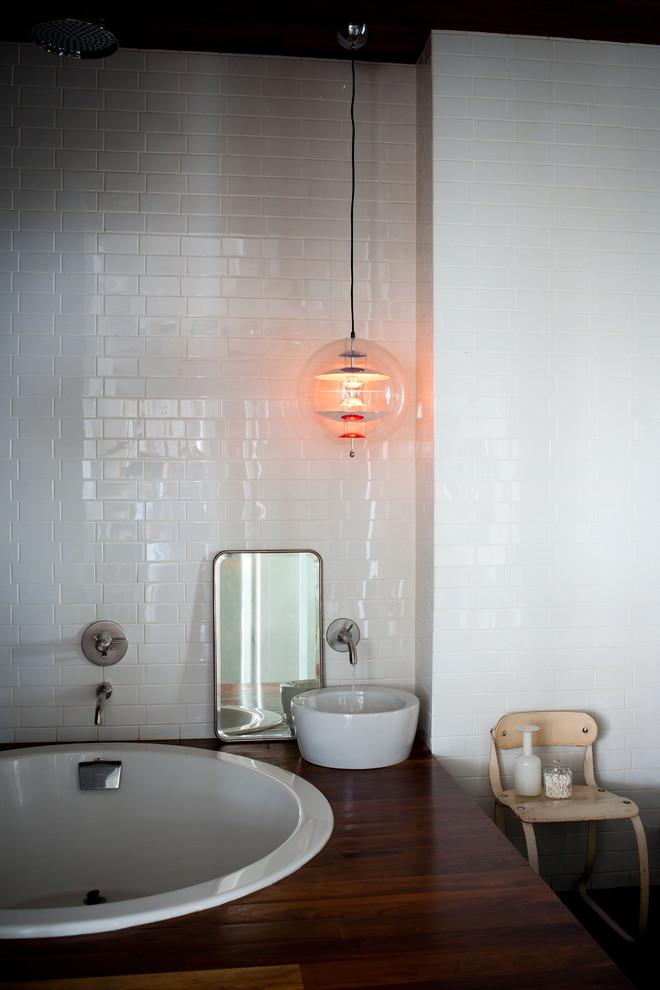 Salle de bain avec miroir ancien