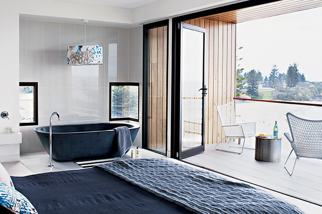 Architecture contemporaine en bord de mer frenchy fancy for Salle bain ouverte chambre