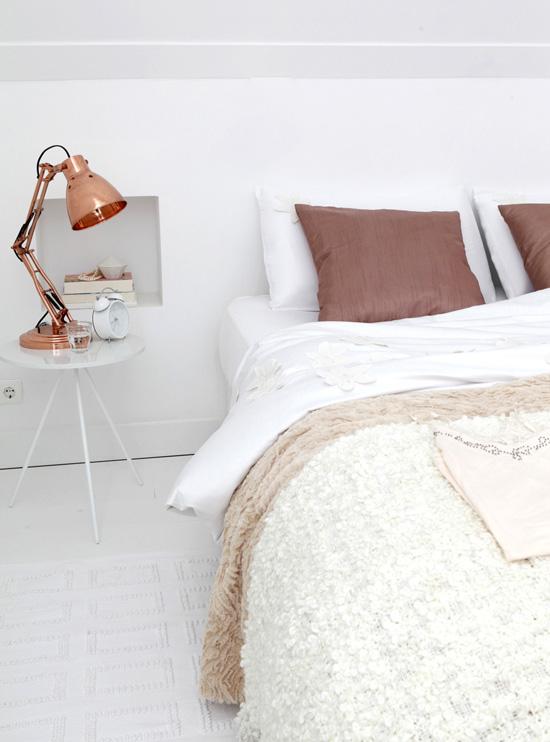 Lampe de bureau en cuivre et linge de maison en lin