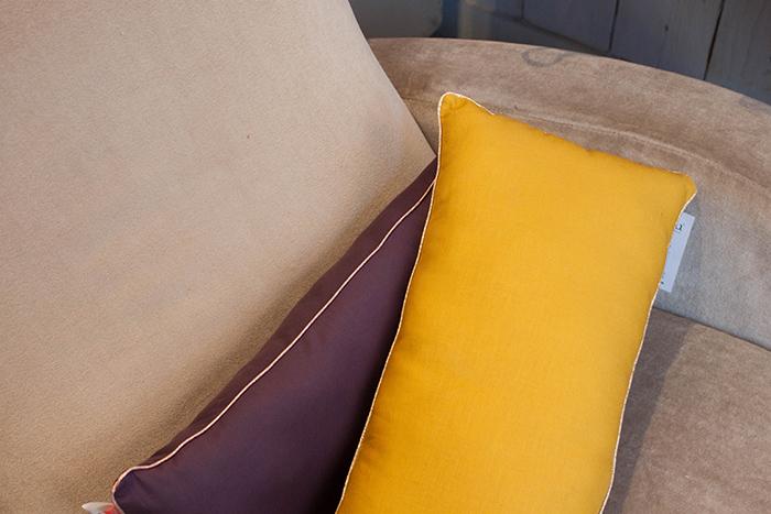 Fauteuil gris et coussin jaune