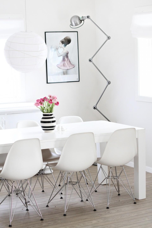 Chaises Eames et lampe Jieldé