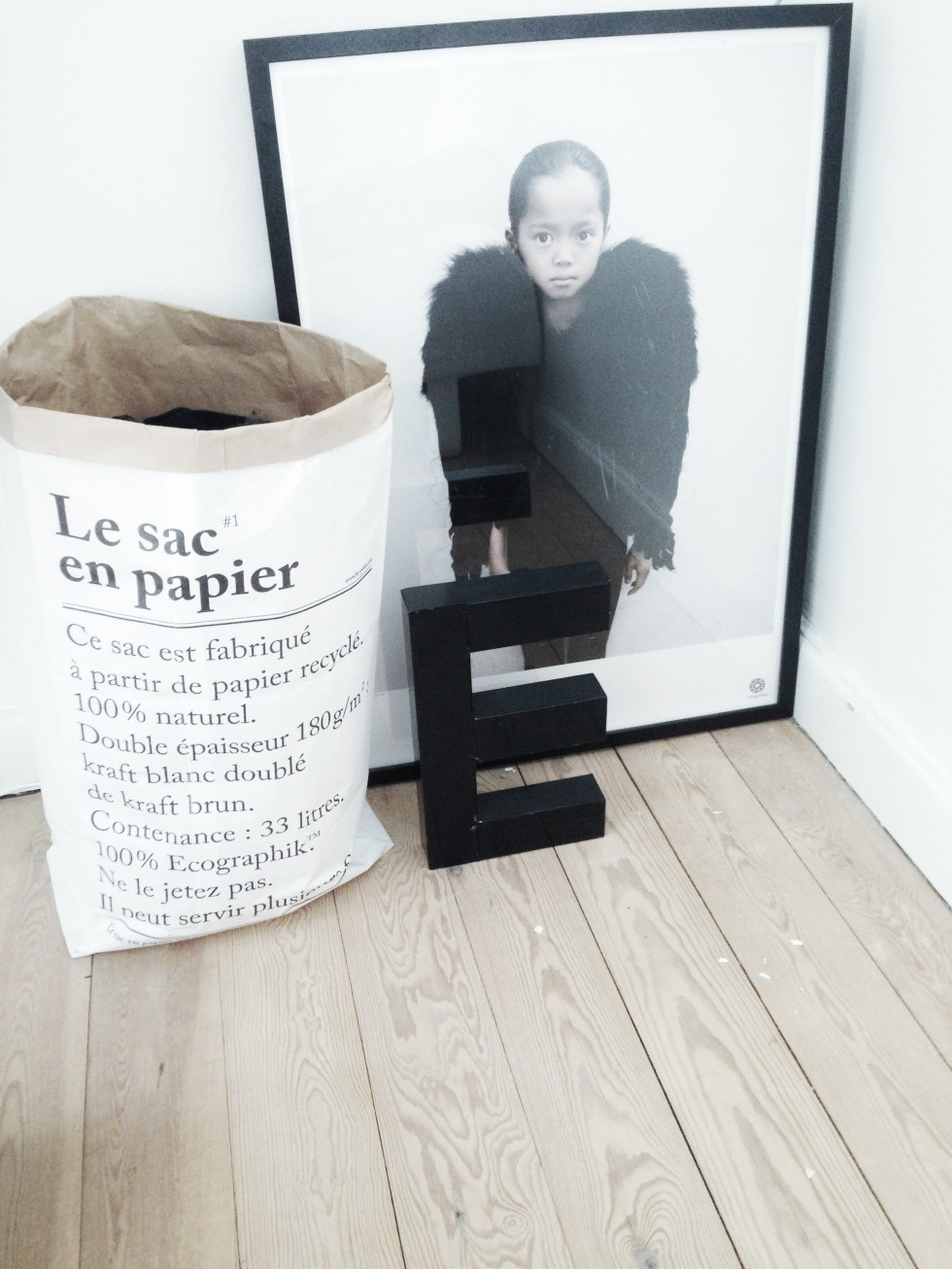 Photo de Vee Speers et sac en papier Merci